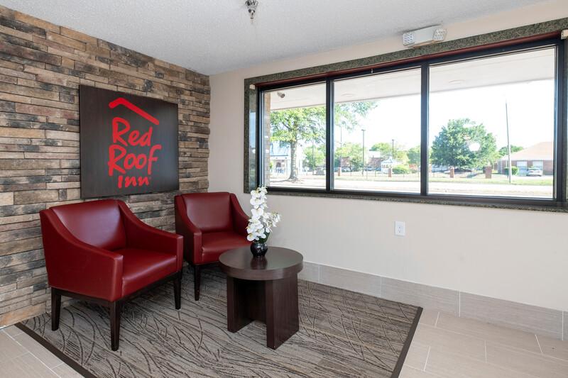 Red Roof Inn Norfolk - Portsmouth Lobby Sitting Area Image