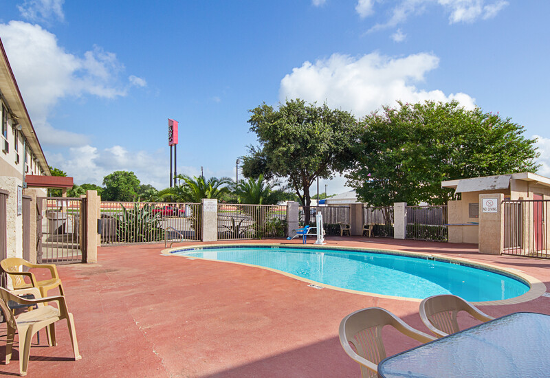 Red Roof Inn New Braunfels Outdoor Swimming Pool Image