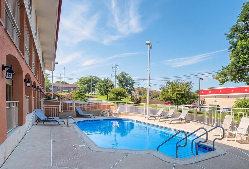 Red Roof Inn Lancaster pool