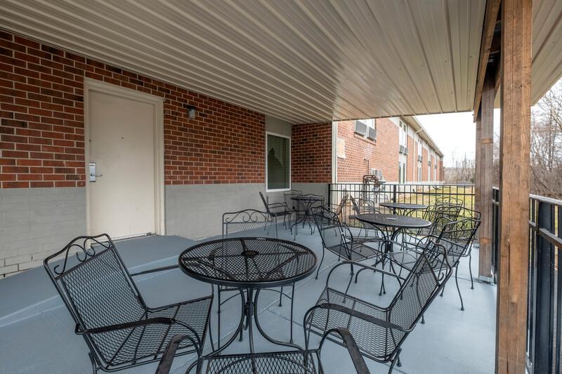 Red Roof Inn Leesburg Outdoor Sitting Area Image