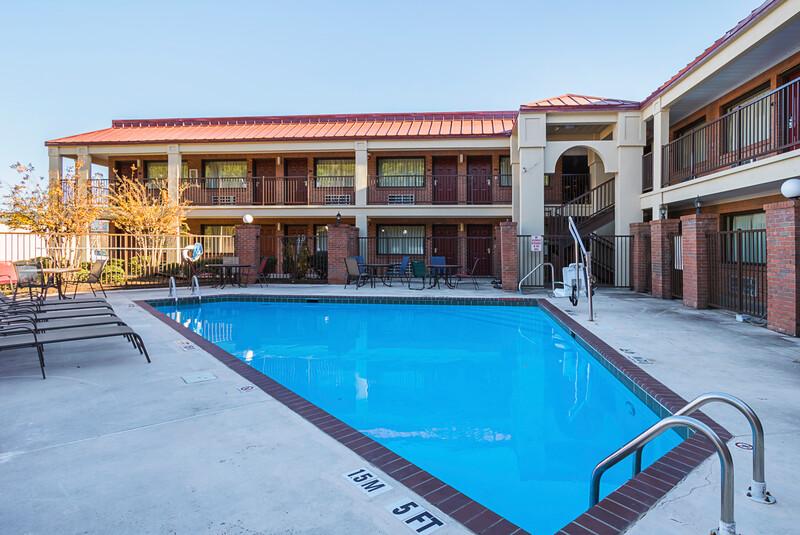 Red Roof Inn & Suites Scottsboro Outdoor Swimming Pool Image