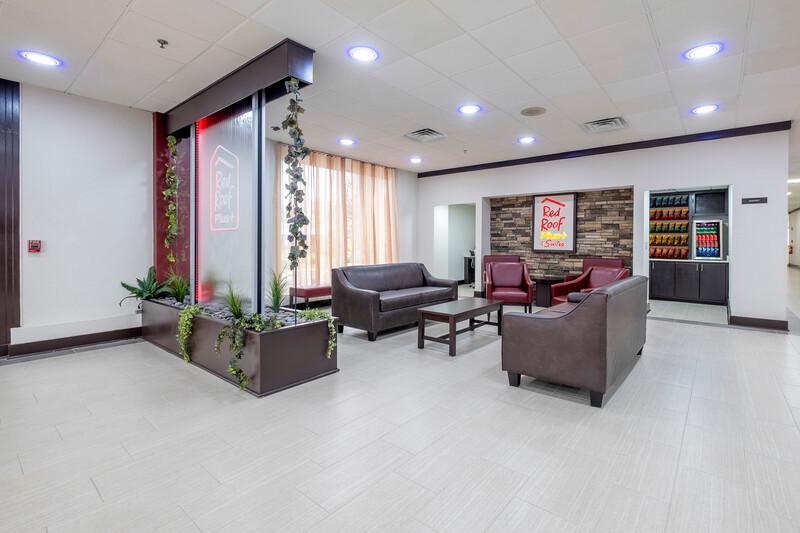 Red Roof PLUS+ & Suites Atlanta-Cumberland/Vinings Lobby Sitting Area