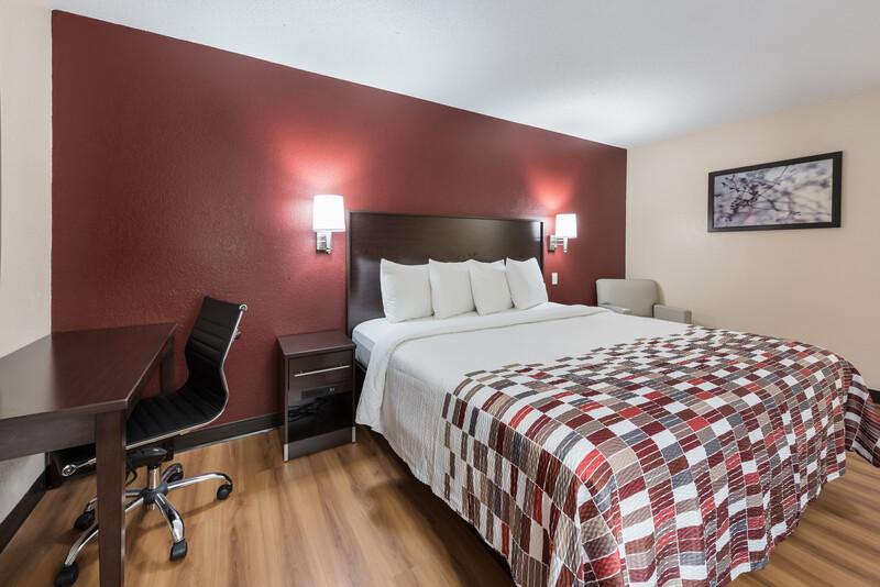 Red Roof Inn Findlay Deluxe Queen Room Image