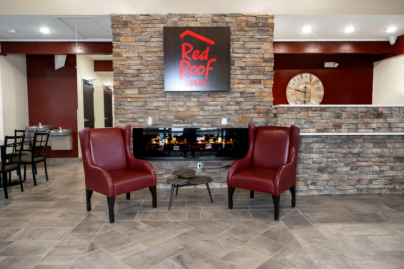 Red Roof Inn Lumberton Front Lobby and Sitting Area Image