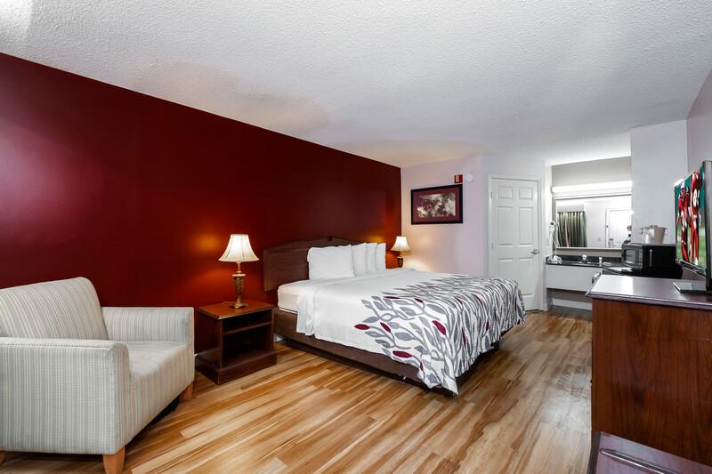 Red Roof Inn & Suites Wilson Single King Image