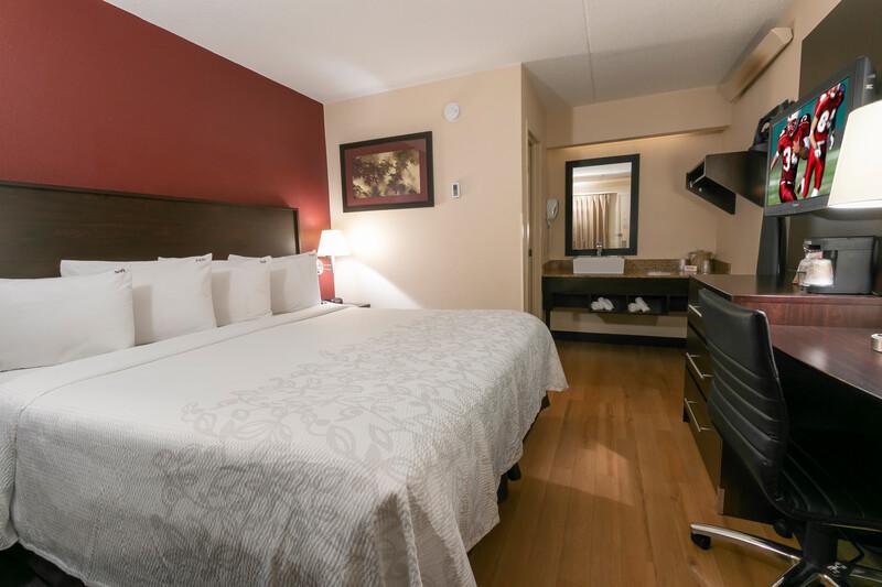 deluxe king room - new bedding