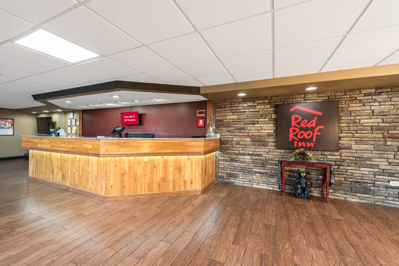 Red Roof Inn & Suites Pigeon Forge - Parkway Front Desk and Lobby