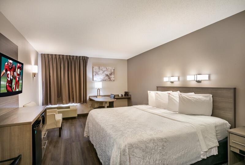 Red Roof PLUS+ Boston - Logan Single King Bed Room