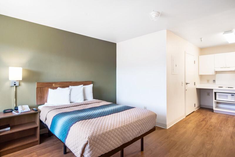 HomeTowne Studios Colorado Springs - Airport Queen Bed