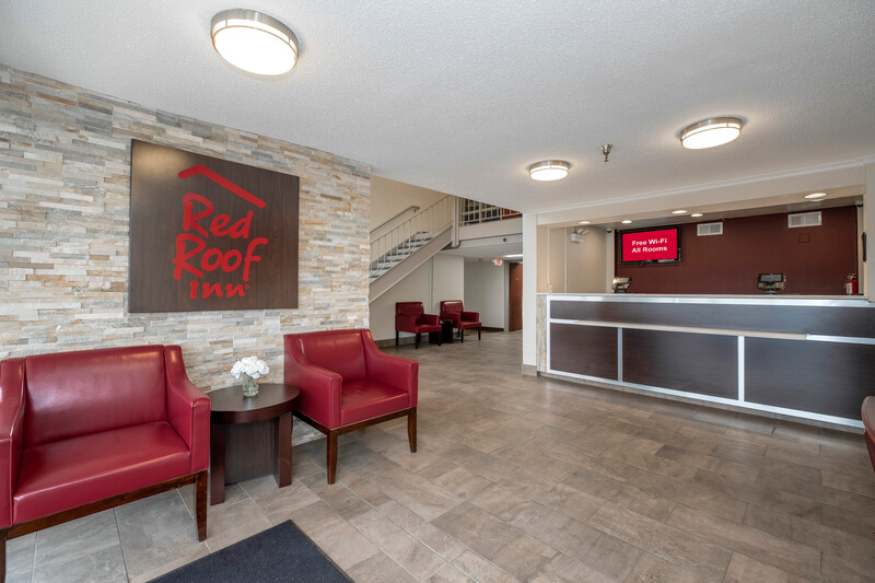 Red Roof Inn Leesburg Front Desk and Lobby Sitting Area Image