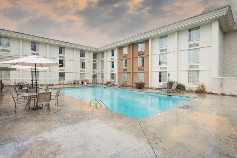 Red Roof Inn Knoxville Central - Papermill Road Outdoor Swimming Pool Image