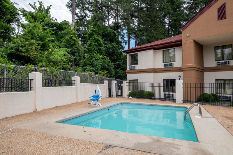Red Roof Inn & Suites Jackson - Brandon Outdoor Swimming Pool