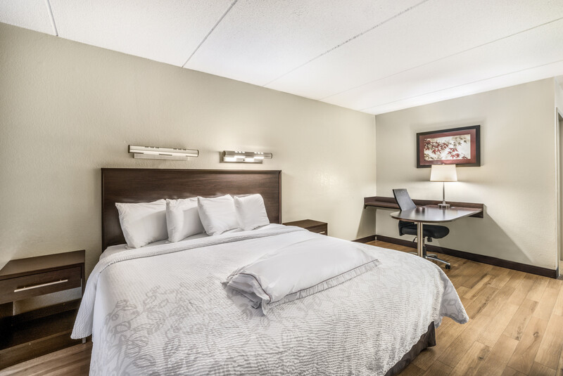 Red Roof PLUS+ Boston - Woburn/Burlington Premium King Bed Room