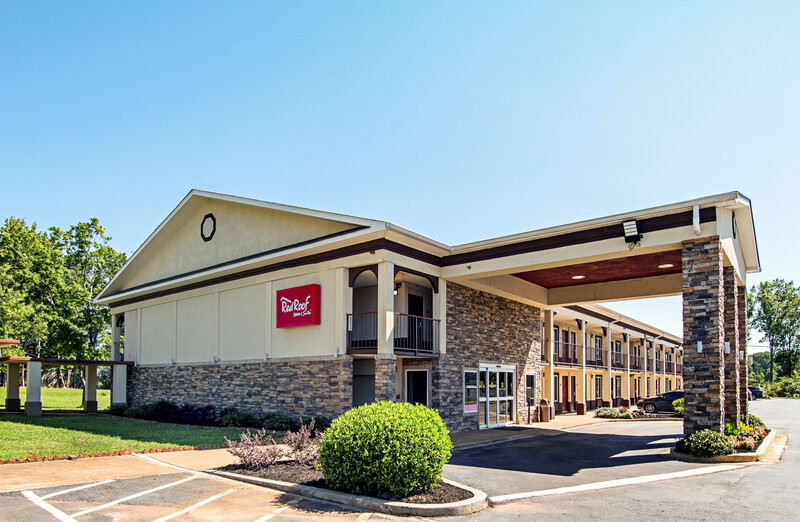 Red Roof Inn & Suites Greenwood, SC Exterior