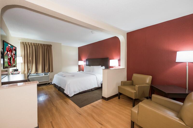 Red Roof PLUS+ & Suites Opelika Suite King Room