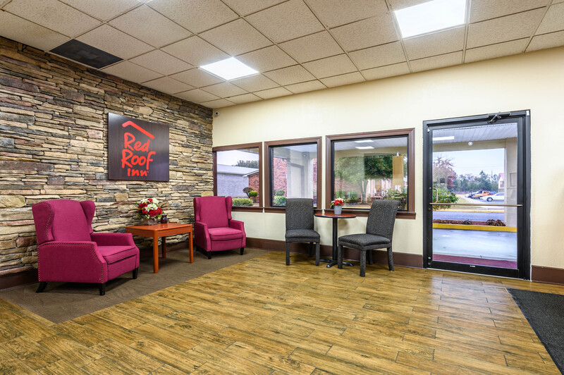 Red Roof Inn Sylacauga Lobby and Sitting Area Image