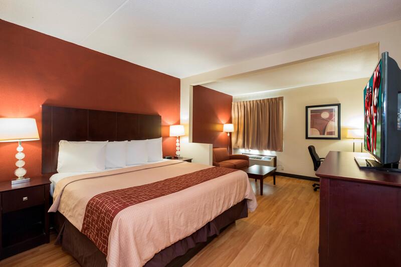 Red Roof Inn & Suites Cincinnati North - Mason King Suite Room