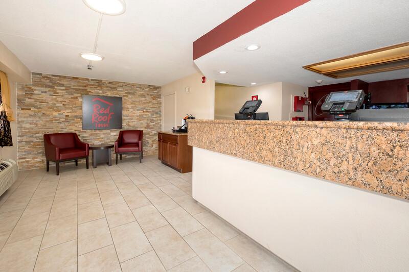 Red Roof Inn Shreveport Lobby and Sitting Area Image