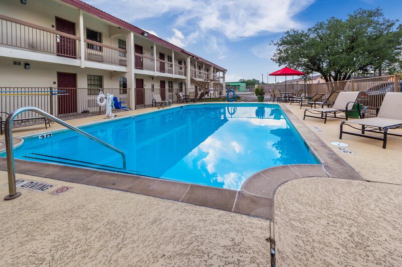 Red Roof Inn Houston East - I-10 Outdoor Swimming Pool