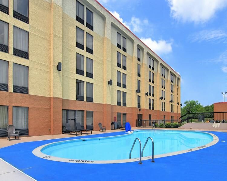 Red Roof Inn Nashville - Music City Pool Image