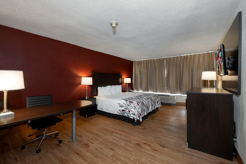 Red Roof Inn Marion, VA Single King Bedroom Image