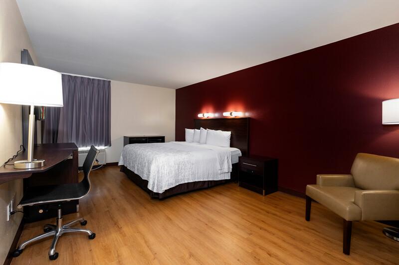 Red Roof PLUS+ Tuscaloosa - University Single King Room Image