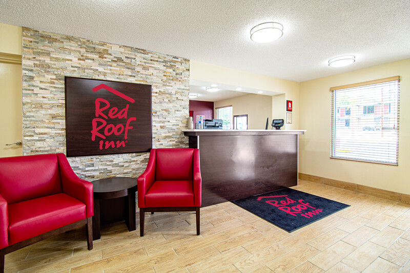 Red Roof Inn Columbia, SC Airport Front Desk and Lobby Sitting Area Image