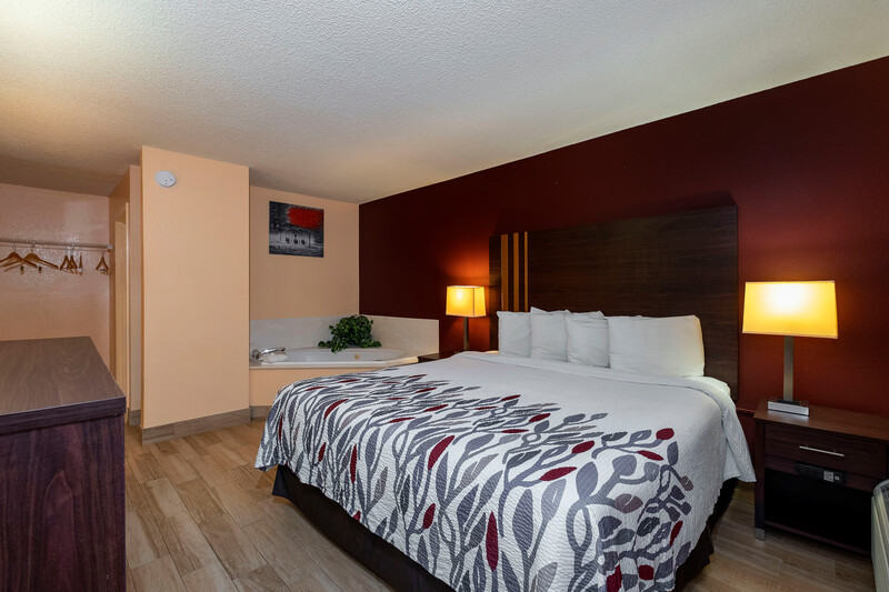 Red Roof Inn Valdosta - University King Room With Jetted Tub