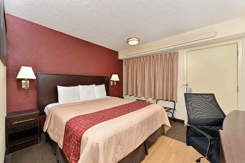 Red Roof Inn Benton Harbor - St Joseph Deluxe King Room Image
