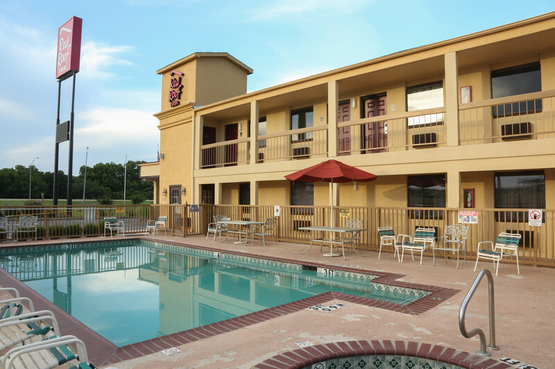 Red Roof Inn Ardmore Outdoor Swimming Pool Image Details