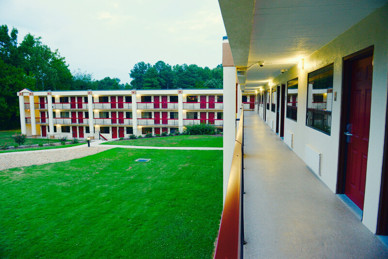 Red Roof Inn & Suites Commerce Property Exterior Courtyard Image