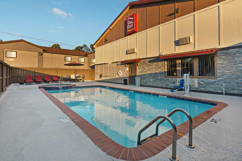 Red Roof PLUS+ Huntsville Outdoor Swimming Pool Image