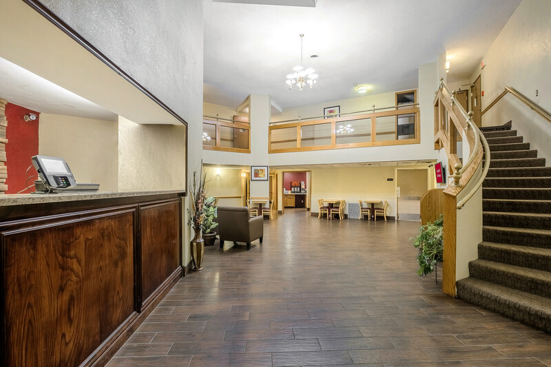 Red Roof Inn & Suites Hermitage Front Desk and Lobby Image