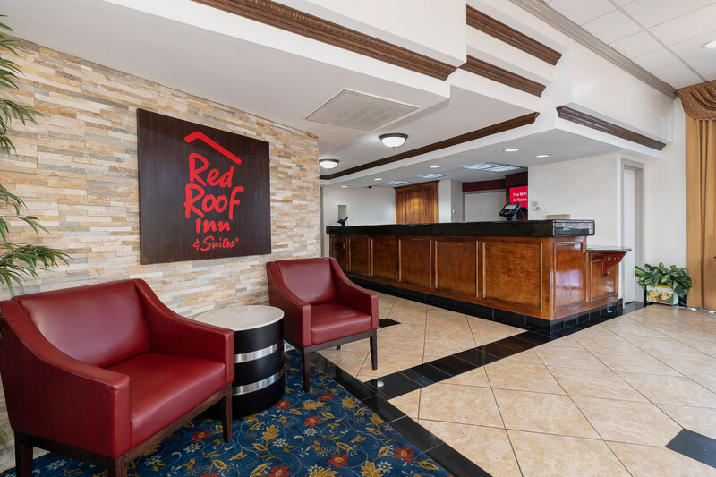 Red Roof Inn & Suites Macon Front Desk and Lobby Image