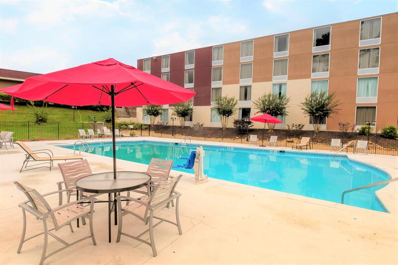 Red Roof PLUS+ & Suites Atlanta-Cumberland/Vinings Seasonal Outdoor Pool