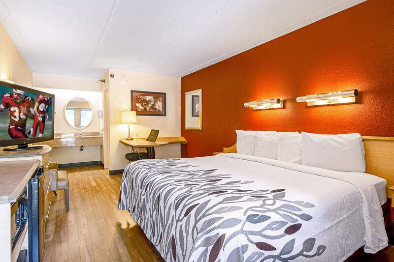 Red Roof Inn Greensboro Coliseum king Bed Room Image