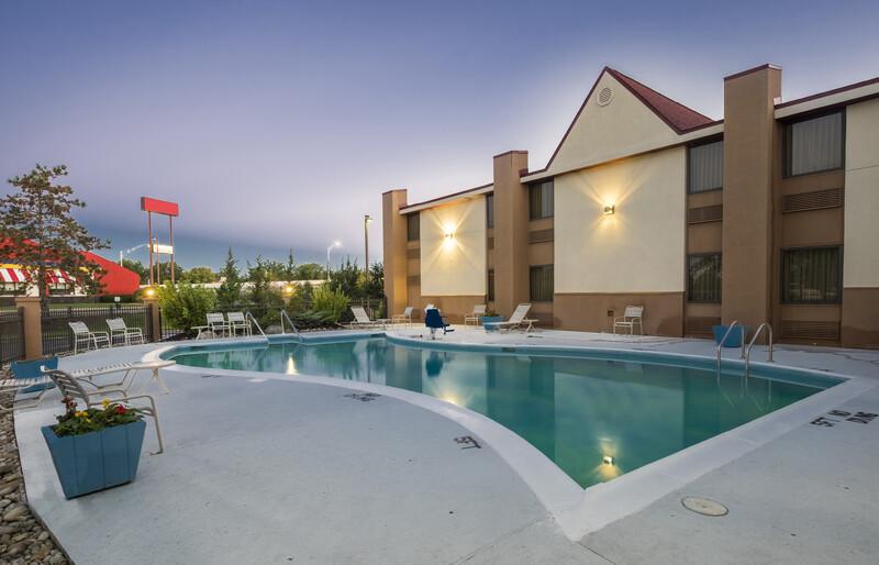 Red Roof Inn & Suites Cincinnati North - Mason Outdoor Swimming Pool