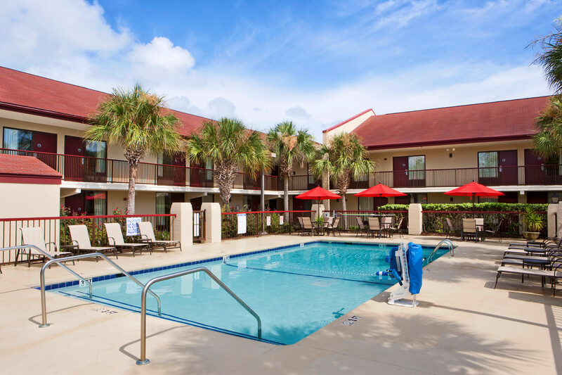 Red Roof PLUS+ Mt Pleasant - Patriots Point Outdoor Swimming Pool