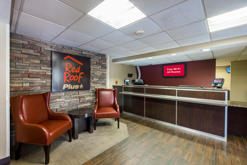 Red Roof PLUS+ Boston - Woburn/Burlington Front Desk and Lobby Sitting Area