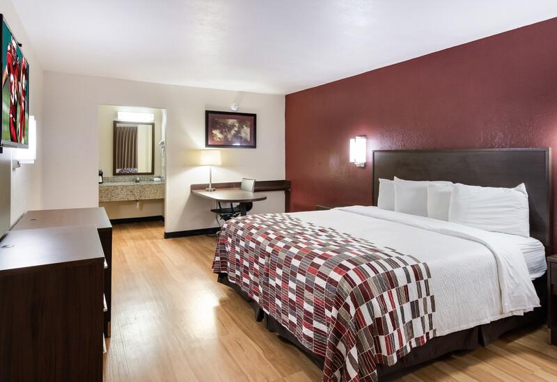 Red Roof Inn & Suites Commerce Single King Room Image