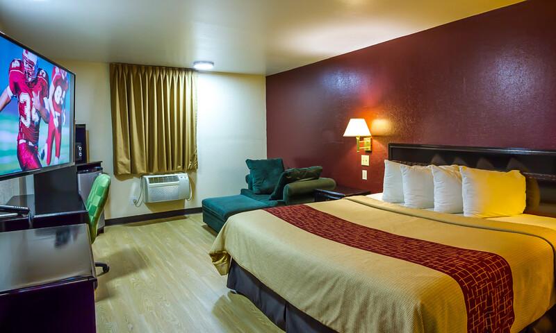 Red Roof Inn & Suites Piqua – I-75 Superior King Suite Room Image
