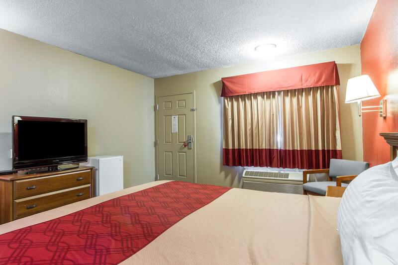Red Roof Inn Bishop Deluxe King Room Image