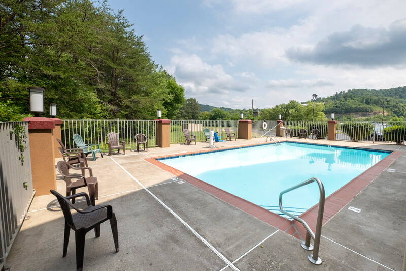 Red Roof Inn & Suites Corbin Outdoor Swimming Pool Image