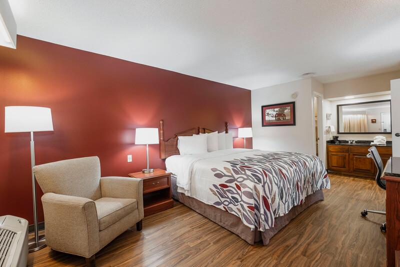 Red Roof Inn & Suites Calhoun Single King Room