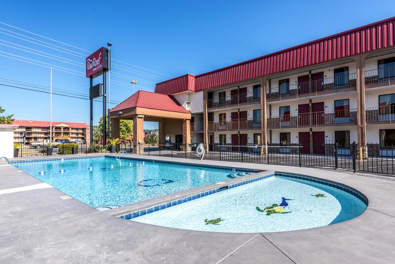 Red Roof Inn & Suites Pigeon Forge - Parkway Triple Bed Room Image
