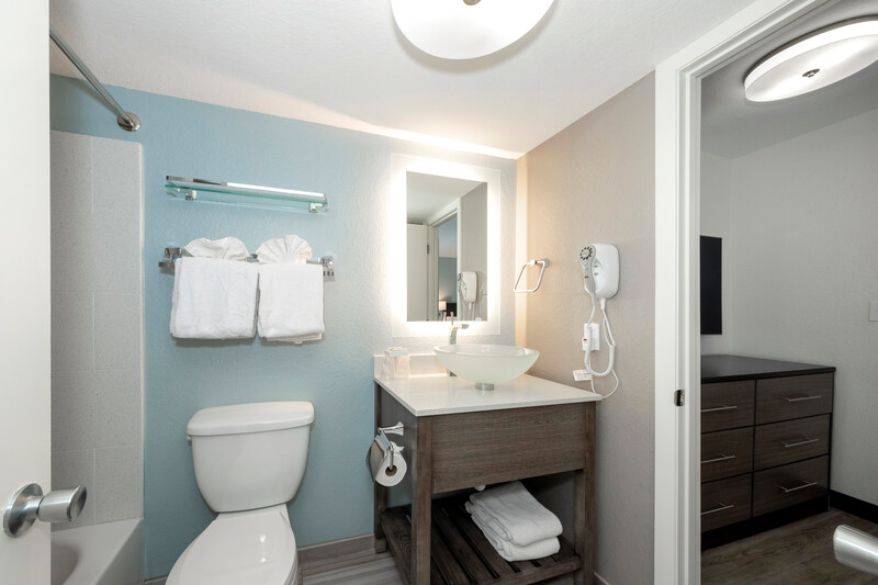 Red Roof PLUS+ & Suites Naples Downtown-5th Ave S - Suite Bathroom