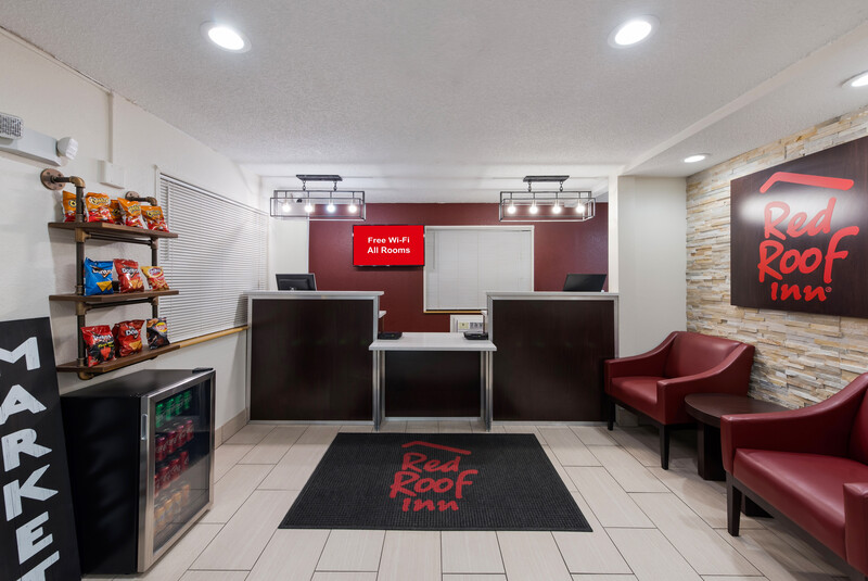 Red Roof Inn Findlay Front Desk and Sitting Area Image
